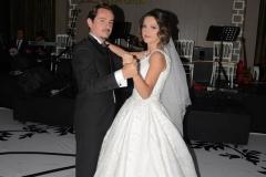 Elif ve Serdar nikah töreninin ardından gecenin açılış dansını yaptı.