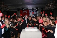 10. Yıl Marşı'nın coşkusu bitmeden sahneye getirilen pasta alkışlar eşliğinde kesildi.