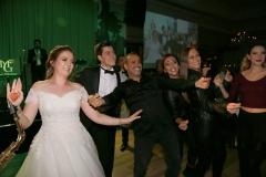 Levent nikahtan hemen önce genç çiftle karşılıklı çiftetelli oynadı.