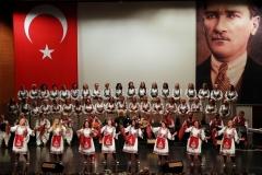 Halk dansları ekibinin gösterisi de geceye renk kattı.