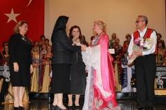 Nagehan Akdemir, Nilüfer Kadın Korosu şefi Dr. Aysel Gürel'e çiçek hediye ederken Türkan Zorlu da teşekkür plaketi verdi.