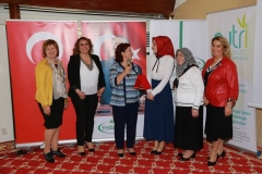 Hasbahçe Sosyal Yardımlaşma Derneği Başkanı Nagehan Akdemir, toplantı sonunda Süeda Sünnetçioğlu'na teşekkür plaketi verdi.